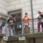 Místo čertů nás vítají hudebníci