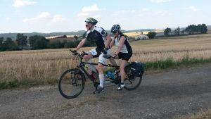 Dva cyklisté na dvojkole. Světluška.